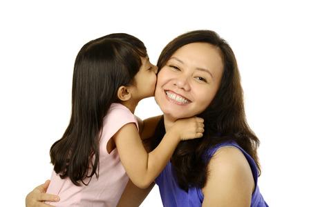 mutter und kind: Gl�ckliche Frau und junges M�dchen l�chelnd. Mutter Tag-Konzept