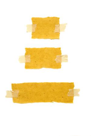 Bruin gescheurd papier met tape geïsoleerd via Wit