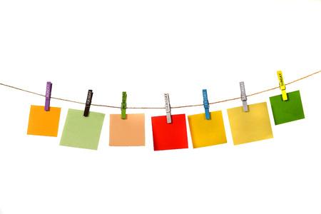 Kleur memo opknoping met naamdag doeken pin geïsoleerd via Wit Stockfoto