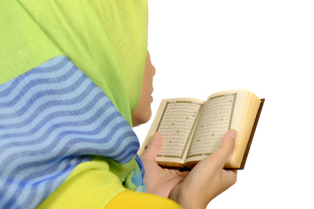 kuran: Hijab donna lettura Corano isolato su sfondo bianco