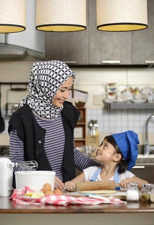イスラム教の女性、ヒジャーブを着ている彼女の娘をハラール食品を教えて 写真素材