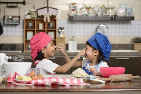 cocineros: Dos ni�as hacer la pizza en la cocina