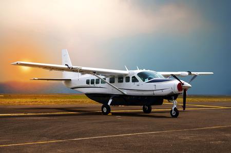 プロペラ飛行機、空港の駐車場します。