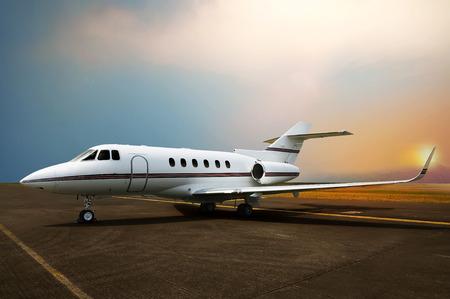 運輸: 私人噴氣式飛機停車機場。日落背景