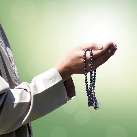 orando: Mano de las personas musulmanas rezando con el fondo abstracto