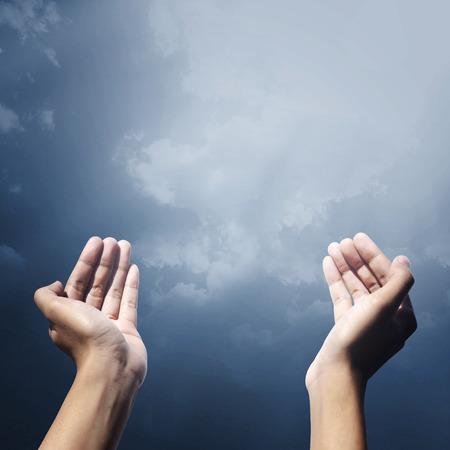 personas orando: Mano del pueblo musulmán orando con gesto de orar frente cielo
