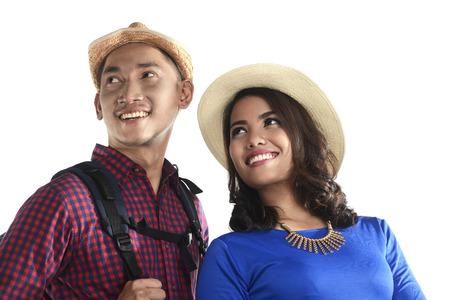 Azjatycki turystyczny pary ono uśmiecha się odizolowywam nad białym tłem