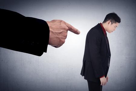 conflicto: Concepto de hombre de negocios acusado con con los dedos apuntando. Rostro humano emoción expresión sentimiento