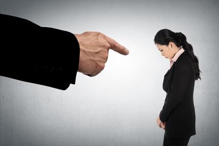 jefe enojado: Concepto de mujer de negocios acusados ??con los dedos apuntando Foto de archivo
