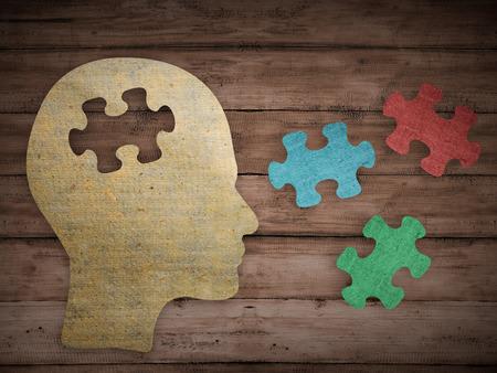 mente humana: Concepto del rompecabezas del cerebro cabeza. Perfil de la cabeza humana hecha de papel marrón con una pieza de puzzle cortado. Elija su personalidad que le conviene