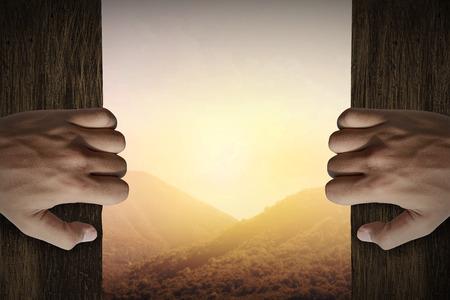 cielos abiertos: La mano del hombre la puerta abierta a la vista de la montaña Foto de archivo