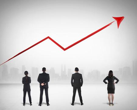 Business team kijken naar de verkoop te groeien op de achtergrond