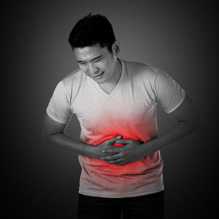 personne malade: Jeune homme asiatiques ont des maux d'estomac, mal � l'aise avec le visage