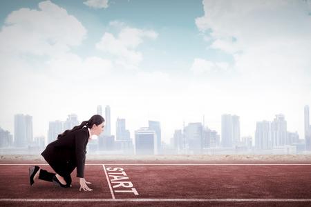 Business-Frau zu laufen beginnen. Geschäftskarriere Start Konzept