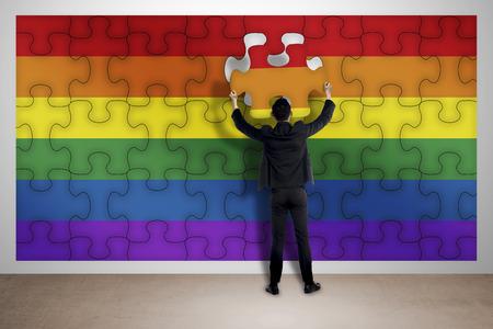 bandera gay: Hombre de negocios que ensamblan rompecabezas de la bandera gay. Trabaja igual concepto