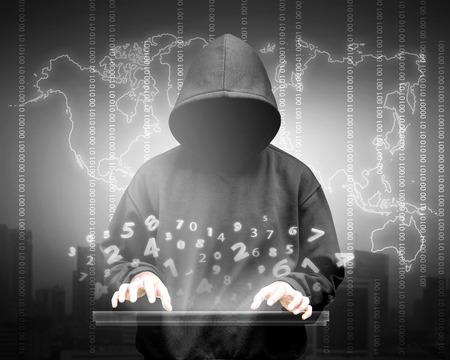 バイナリ データとネットワーク セキュリティ用語のフード男のコンピューター ハッカー シルエット 写真素材