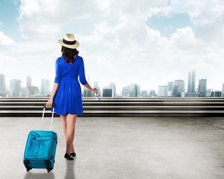 femme valise: Jeune marche de voyageur asiatique dans la ville portent une valise