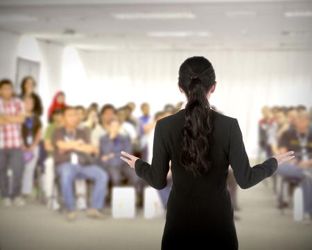 Sprecher bei der Konferenz und Präsentation. Publikum in der Konferenzhalle Standard-Bild
