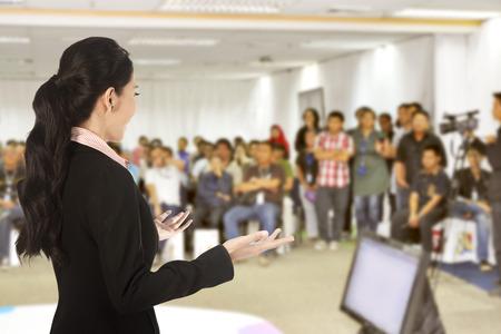 the speaker: Ponente en la conferencia y la presentaci�n. Audiencia en la sala de conferencias Foto de archivo