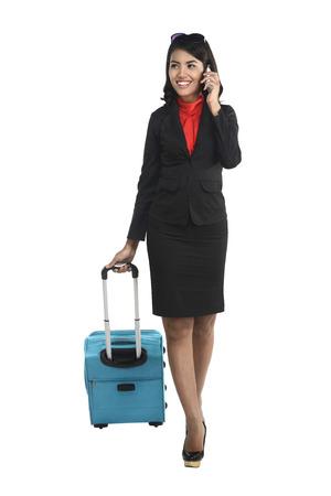 maleta: Mujer de negocios asiática con el teléfono celular y la maleta aislada sobre fondo blanco