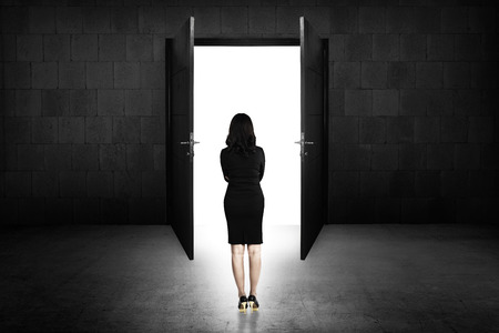 puerta: Mujer de negocios que va a la puerta abierta. Trayectoria profesional conceptual