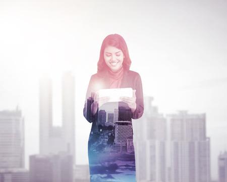 multiple exposure: Donna di affari con l'esposizione multipla tenendo tablet computer. Concetto di tecnologia di affari Archivio Fotografico