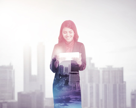 exposicion: Mujer de negocios con tablet PC exposición múltiple. Concepto de tecnología de negocio