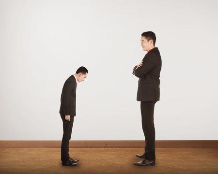 domination: Gran jefe hacer una dominaci�n de un hombre peque�o. Concepto de acoso