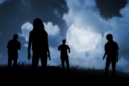 Groep van zombie lopen 's nachts. Het concept van Halloween Stockfoto