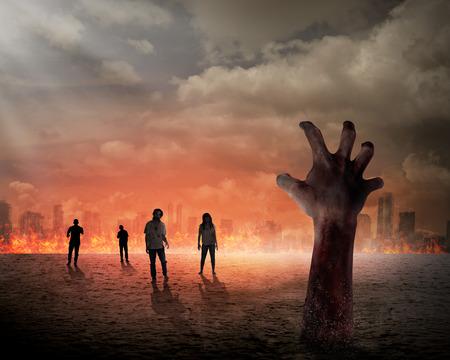 peligro: Concepto de Halloween, la mano zombie que se levanta desde el suelo