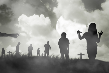 보름달 아래 걷는 좀비의 실루엣 그룹. 할로윈 개념