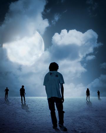 mujer fea: Grupo de zombie caminar bajo la luna llena. Concepto de Halloween Foto de archivo