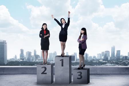Business Person, die auf dem Podium. Business Belohnung Konzept Standard-Bild