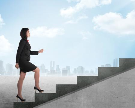 mujer trabajadora: Confiados persona de negocios que recorre arriba. Concepto carrera de negocios