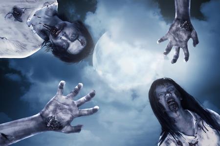 Dos zombie de miedo con luna llena de fondo. Concepto de Halloween