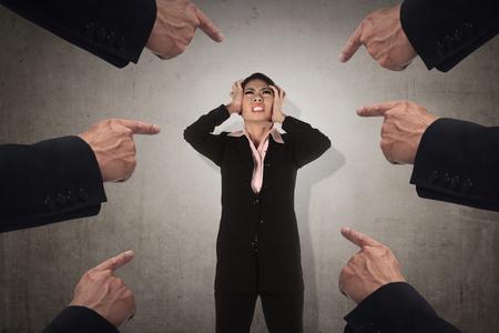 Konzept der Angeklagten Geschäftsfrau mit Finger zeigen