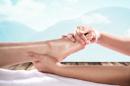 massaggio: Godendo e massaggio rilassante piede sano vicino Archivio Fotografico