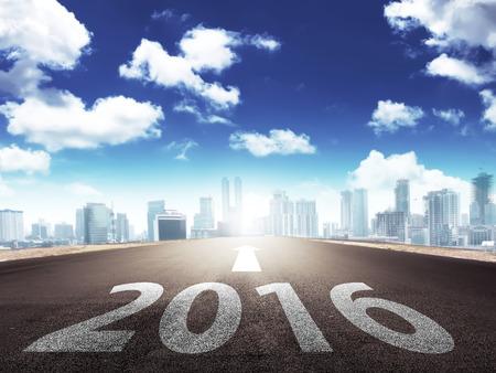 Jaar 2016 op straat met pijl in de richting van de stad