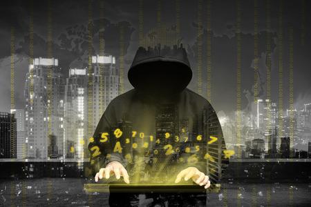 ladron: Pirata informático de ordenador silueta de hombre encapuchado con datos binarios y términos de seguridad de red