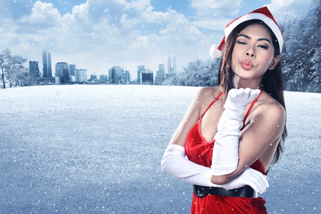 hot asian: Красивая улыбка Рождества Санта женщина, носить костюм Санта-Клауса Фото со стока