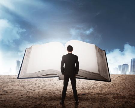 Jonge zakenman die groot boek leest. Bedrijfsonderwijs concept