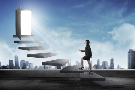 escalera: Persona de negocios de Asia va a la puerta usando la escalera. Carrera comercial conceptual