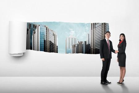 lagrimas: Hombres de negocios asiáticos agitando la mano sobre fondo de papel desgarro