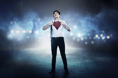 Offenes Hemd des asiatischen Geschäftsmannes mögen Superheld. Sie können Ihr Design auf das Shirt legen