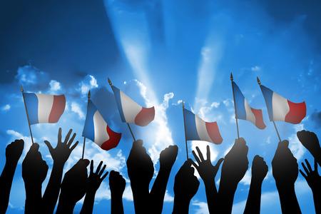 gente saludando: Grupo de personas que ondeaban peque�a bandera de Francia se enfrenta el cielo azul