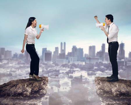 personas enojadas: Asia hombre de negocios y mujer gritan unos a otros. Concepto de competencia empresarial
