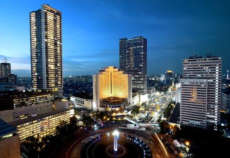 Jakarta Stadt in der Nacht mit modernen Gebäude