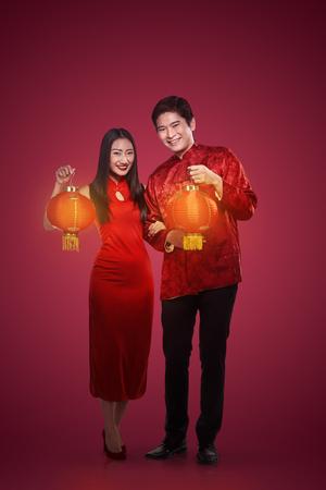 Aziatisch paar in cheongsam pak. Gelukkig Chinees nieuw jaar concept Stockfoto