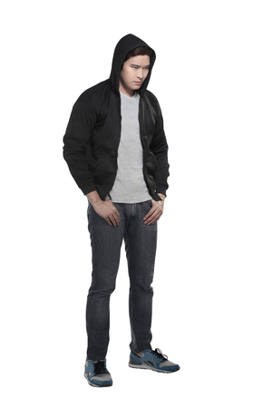 attitude: Hombre asiático en camisa con capucha aislado sobre fondo blanco