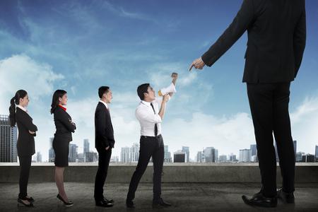 jefe enojado: Equipo de negocios de protesta al jefe que usa el megáfono. Concepto de comunicación empresarial
